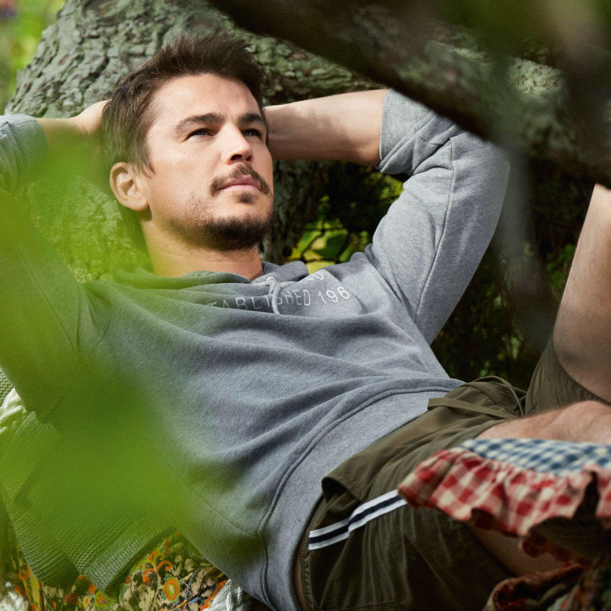 josh hartnett is husband of the year in all natural marc o. Black Bedroom Furniture Sets. Home Design Ideas