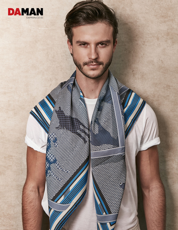 SANTI WAINE IN HERMES_T-shirt in white crepe cotton jersey_Clan Equestre silk scarves H 100-2