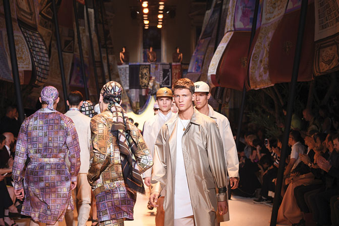 versace Men S-S '16 runway finale-exclusive interview for da man style-small