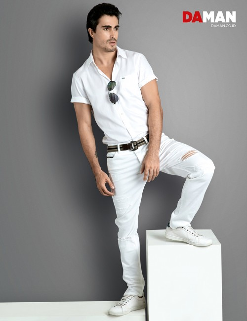 Models Felipe Izing, Rodolfo Rodriguez Silva, Tony Hernandez in Shirt by Lacoste, trousers by Calvin Klein Jeans, sunglasses by Guess – Optik Melawai