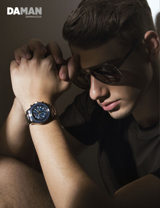 SuperOcean chronograph in stainless steel with stainless steel bracelet, T-shirt by Lanvin, aviator sunglasses by Lanvin – Optik Melawai