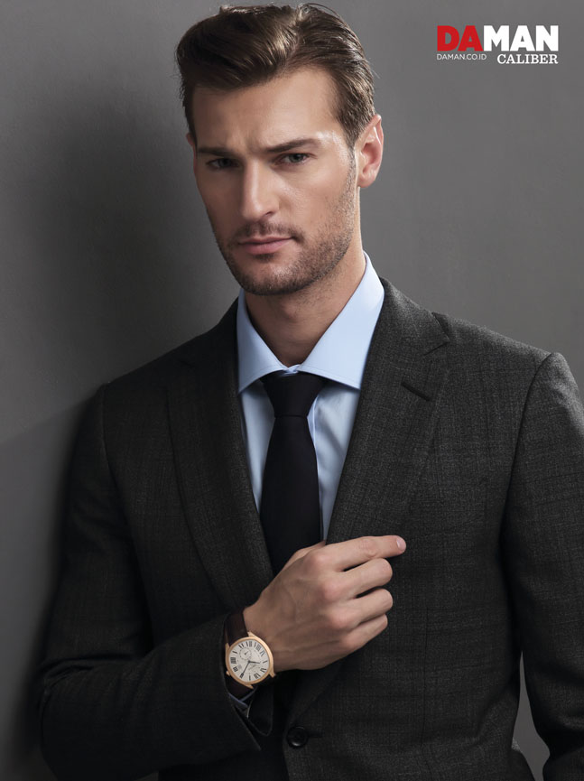 Dan Murphy for DA MAN Caliber in Drive de Cartier in 40mm x 41mm 18K pink gold case with alligator strap, outfit by Dunhill London