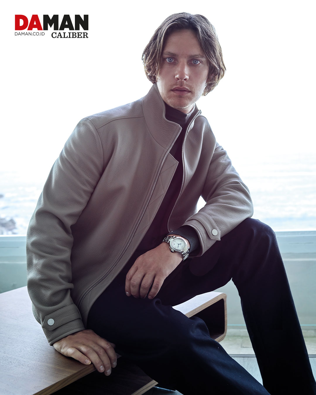 Pasha de Cartier in stainless steel with metal bracelet / Outfit by Hermès