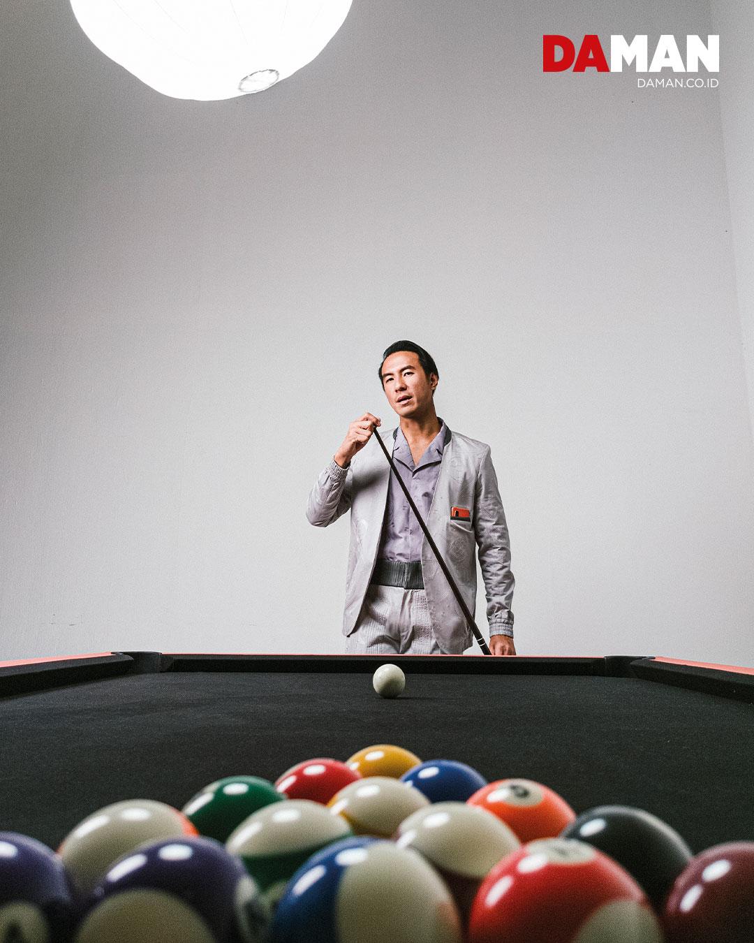 Outfit by Patrick Owen / Phone by OPPO Find X2 Pro / Billiard Table OPPO Patrick Owen with Tea Orange Vegan leather, Studio Intertu