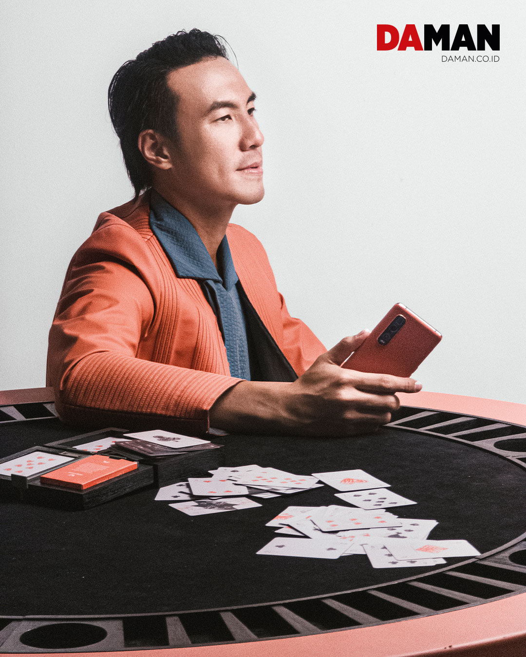 Outfit by Patrick Owen / Phone by OPPO Find X2 Pro / Cards Table OPPO | Patrick Owen with Tea Orange Vegan leather, Studio Intertu