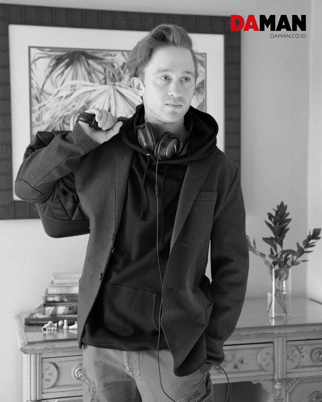 blazer by harris Wharf London, hoodie by allsaints, pants by Jetlag, bag by Zara, headphones by bose